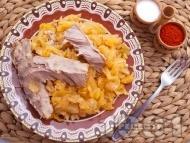 Печено свинско месо от плешка с прясно зеле, домати, лук и моркови на фурна